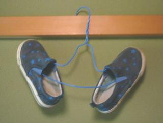 針金ハンガー靴を干す